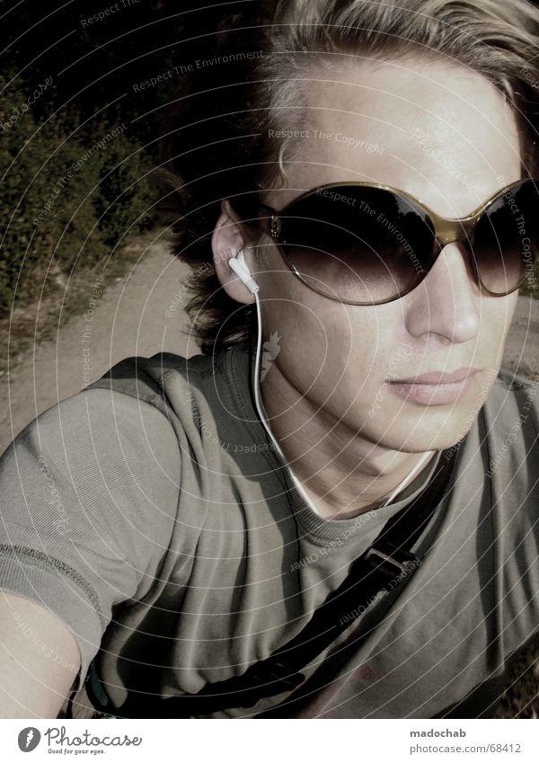 ON THE RIDE Sonnenbrille Brille blond T-Shirt Mann Fahrtwind Sommer Mensch Porträt Selbstportrait Motorradfahren Jugendliche Haare & Frisuren Typ guy Musik