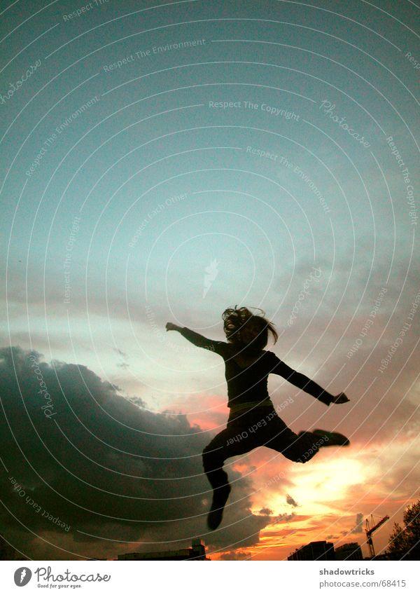 Jump Frau Himmel Jugendliche blau schön rot Sonne Freude Wolken schwarz gelb Gefühle Bewegung Haare & Frisuren springen Beine