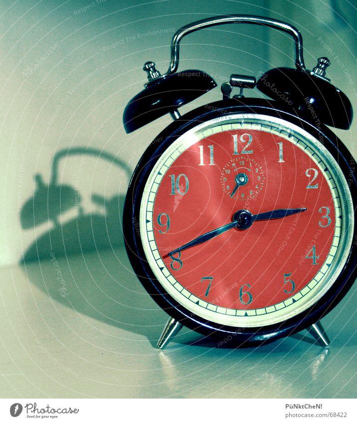 Tick Tack Wecker aufstehen Morgen Uhr schlafen laut Stil Nacht nerven verschlafen Termin & Datum Verabredung alt Ziffern & Zahlen Uhrenzeiger Müdigkeit parken