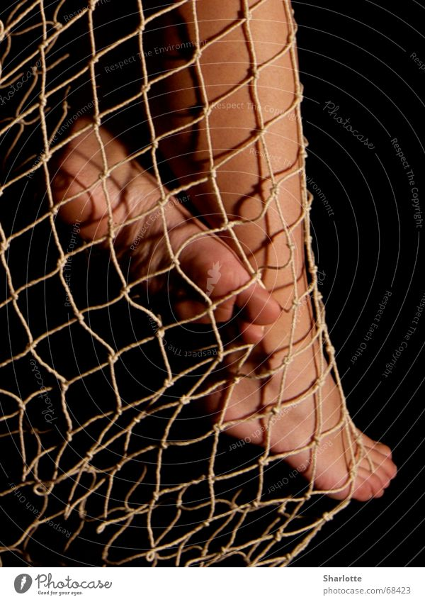 benetzte Füße Fischernetz Zehen Fußsohle Wade Netz Beine Fußknöchel Barfuß