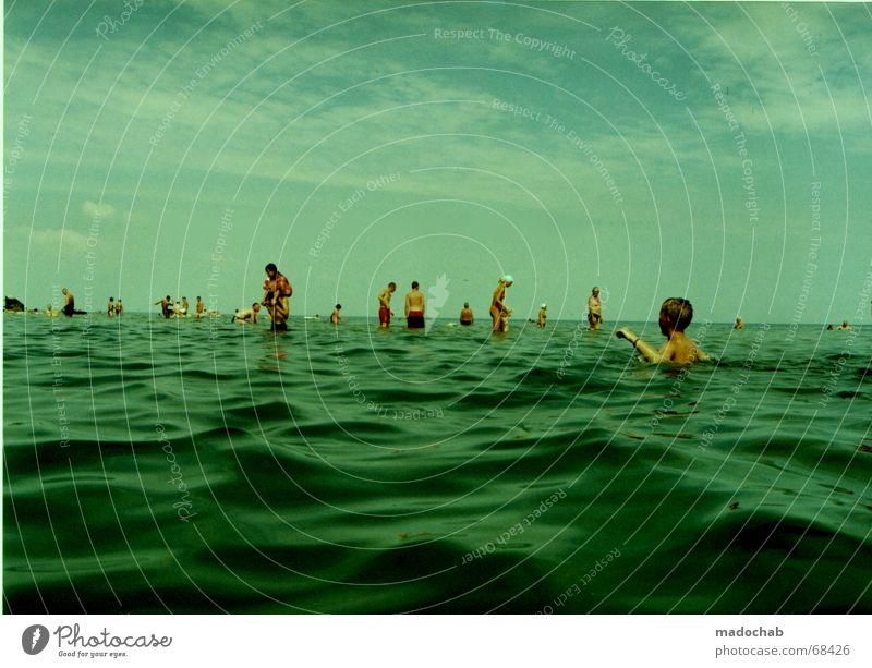 FEUCHTER GRÜNSTICH Mensch Wasser Himmel Meer Freude Ferien & Urlaub & Reisen Wolken Spielen nass Schwimmen & Baden feucht Fußgänger Erfrischung Portugal kühlen