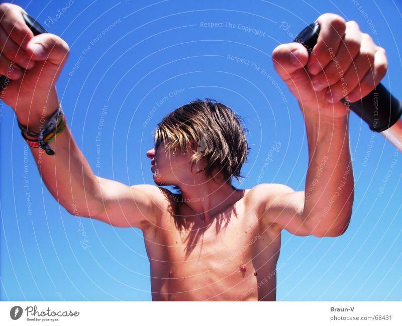 Am Ruder Mann Hand blau Sommer Sport Wärme Körper Arme Physik Brust Oberkörper Rudern Paddel