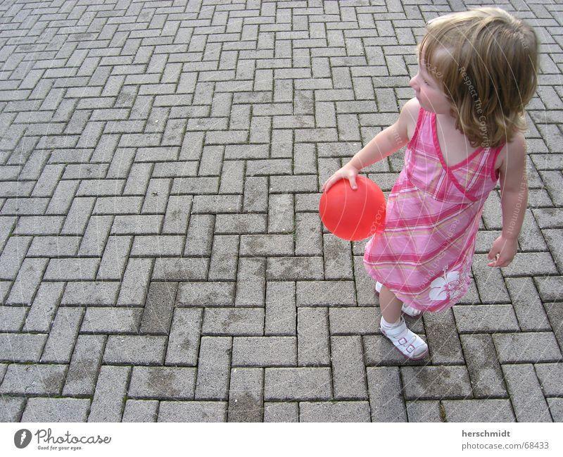 Roter Luftballon Mädchen Sommer Spielen Haare & Frisuren grau Stein Schuhe klein süß Kleid Kind Kopfsteinpflaster Sandale