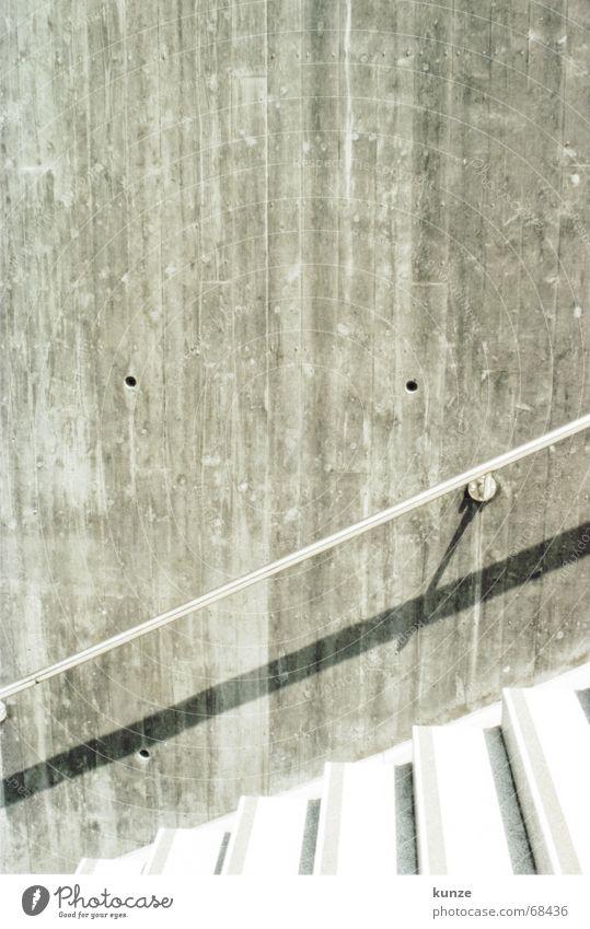 weg vom Strich Loch Mauer Griff Abstieg hochlaufen fallen Beton hart analog Licht Physik treppe wand Geländer treppe stufen regenabflussrinne hochgehen