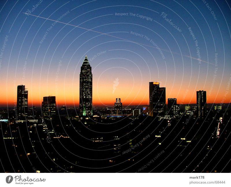 Frankfurter Skyline Himmel Gefühle Stimmung Horizont Beleuchtung Hochhaus Skyline Abenddämmerung Frankfurt am Main Main Stadtteil Nacht glühen Feierabend Hessen Messeturm
