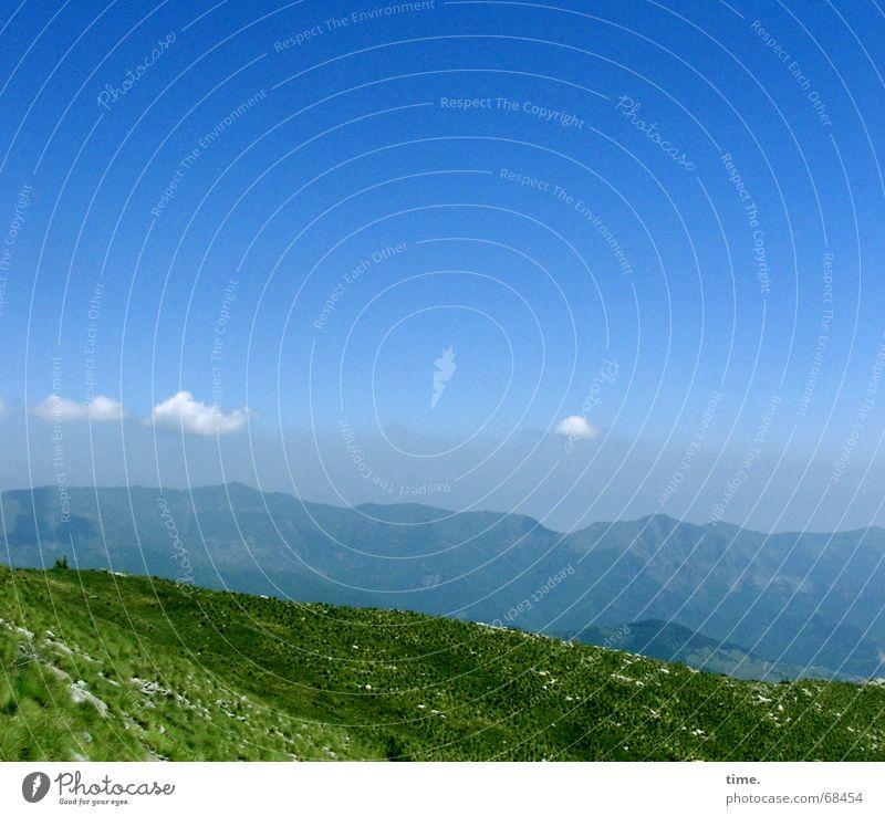 Schichttorte Ferne Berge u. Gebirge wandern Klettern Bergsteigen Pflanze Luft Himmel Wolken Horizont Wiese Bergwiese Gipfel Sehnsucht Fernweh Vergänglichkeit