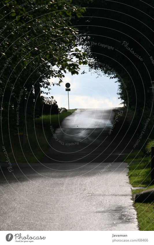Highway through the village Dorf Trauer Autobahn street Straße Wege & Pfade leer Schilder & Markierungen