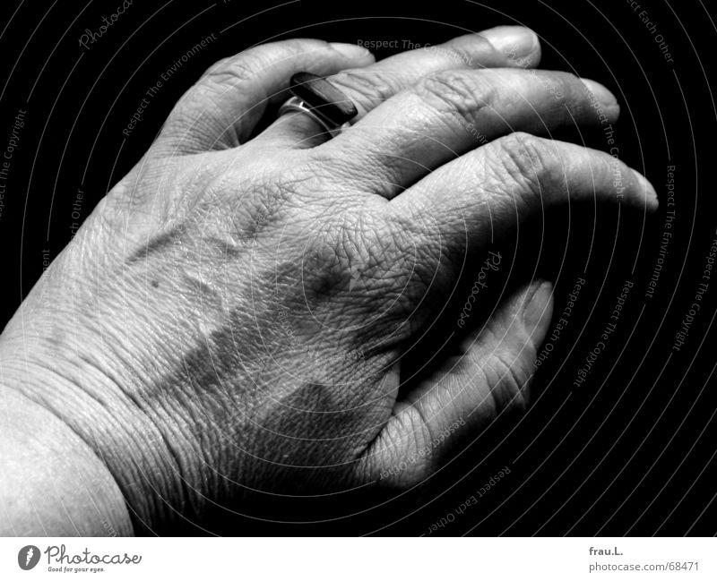 Frauenhand Mensch Hand alt Arbeit & Erwerbstätigkeit Haut Zeit Finger Kreis Sofa Reinigen Falte trocken silber Gefäße Haushalt