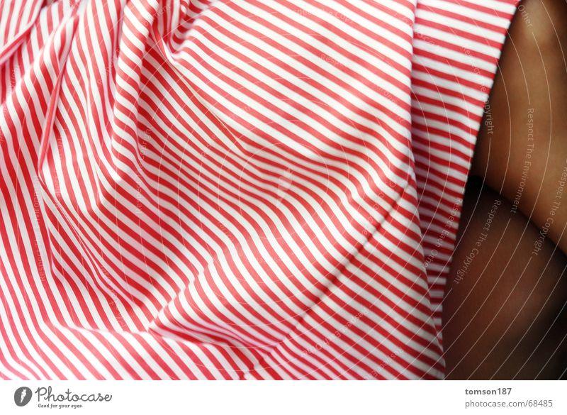 faltenspiel mit stoff Frau weiß rot Sommer Freude Beine gestreift