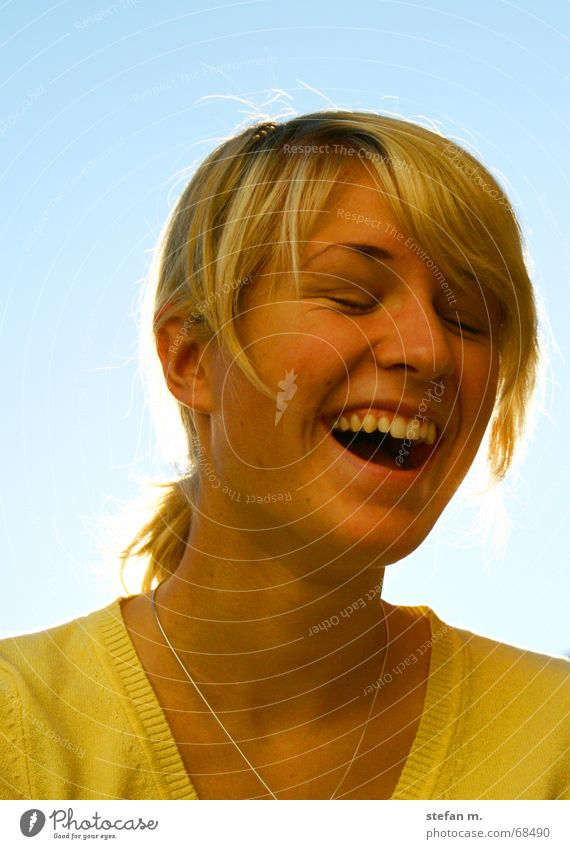 wenn die sonne scheint Frau Himmel Sonne blau Freude Auge gelb Glück lachen Haare & Frisuren blond Zähne Pullover Haarsträhne