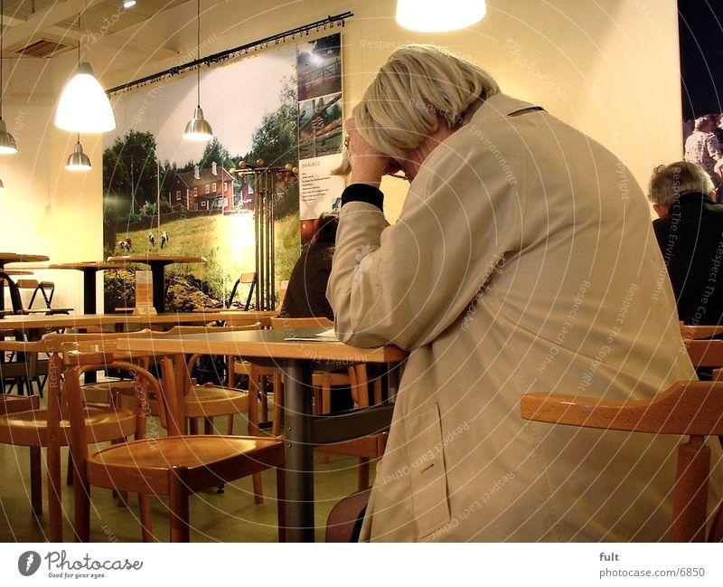 Denkende Frau Tisch Café