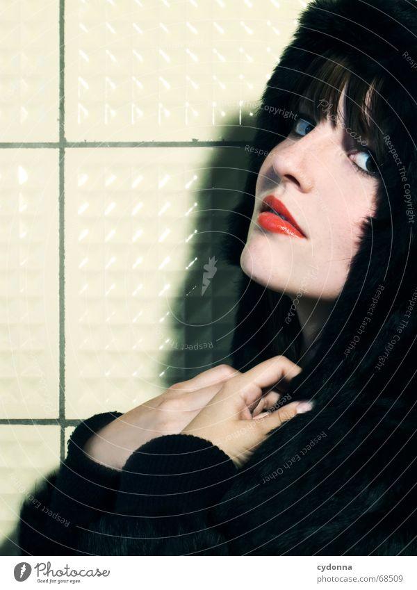 Im Wolfspelz Kosmetik Frau Stil Model Porträt Jacke Haare & Frisuren retro Hand Lippenstift tierisch schön session Mensch Kontrast Blick Gesichtsausdruck Kopf