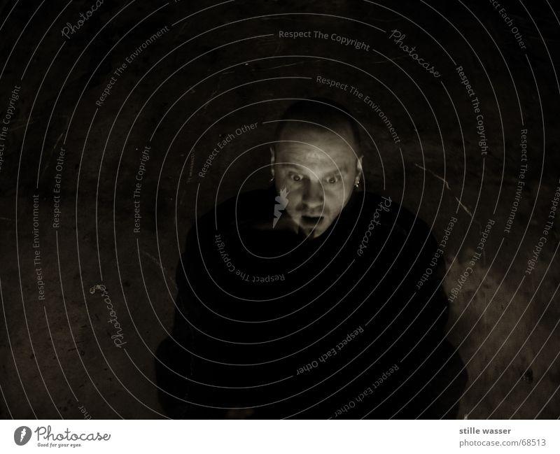 SCHOCKZUSTAND mystisch dunkel kalt Langzeitbelichtung Gesicht Mantel Entsetzen Panik Glatze Angst gefährlich obskur schwarzer mann Schock trashig