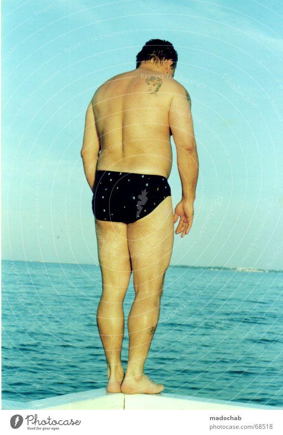 VOR DEM SPRUNG Mensch Himmel Mann blau Wasser Meer springen Zufriedenheit Rücken Freizeit & Hobby warten gefährlich bedrohlich Geländer Konzentration Ostsee