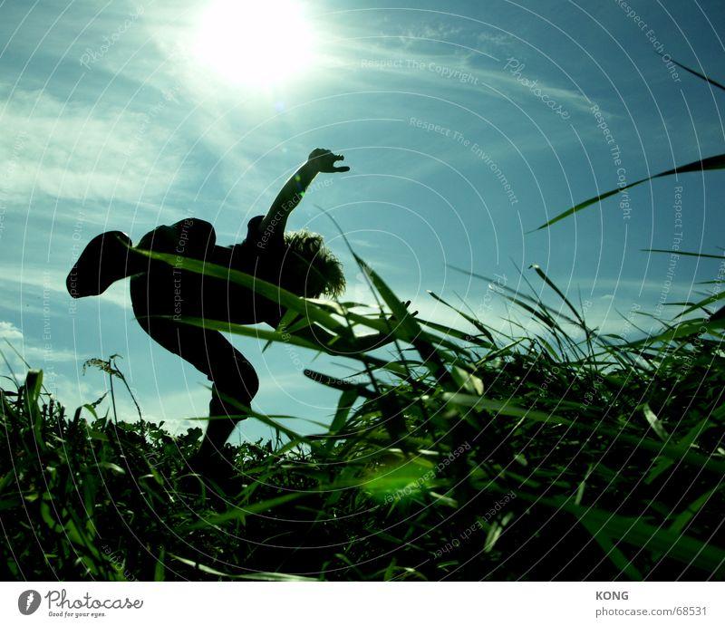einfach mal fallen lassen. Himmel Natur blau grün Wiese Gras Bewegung springen fliegen Luftverkehr Schweben Dynamik Halm Hongkong Asien