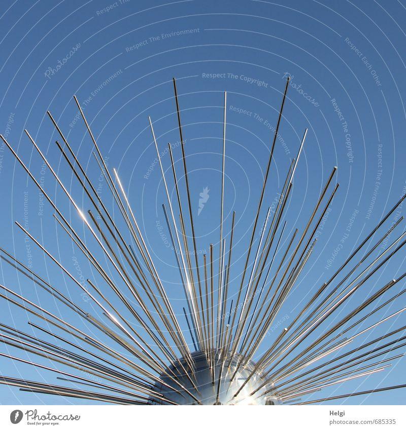 spießig | \|/ Kunstwerk Metall Zeichen außergewöhnlich einzigartig lang blau silber Ordnungsliebe bizarr Design Kreativität Zusammenhalt Farbfoto Außenaufnahme