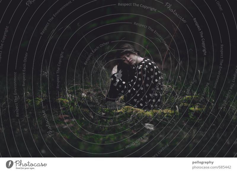 alone in the dark Lifestyle Mensch feminin Junge Frau Jugendliche Erwachsene Leben Körper 1 18-30 Jahre Umwelt Natur Landschaft Pflanze Herbst schlechtes Wetter