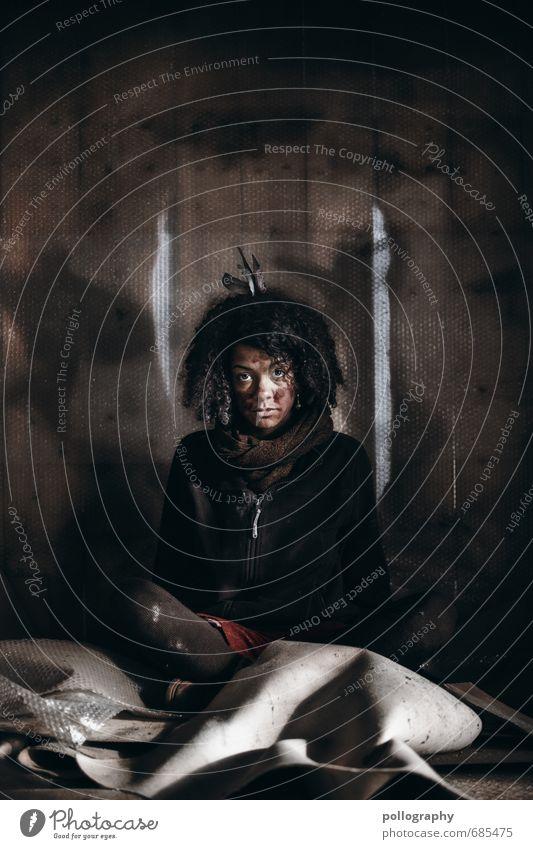 homeless Lifestyle Häusliches Leben Wohnung Mensch feminin Junge Frau Jugendliche Erwachsene Körper 1 18-30 Jahre Pullover schwarzhaarig langhaarig Locken