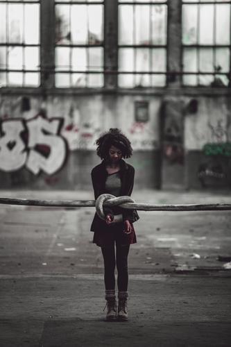 Zerreißprobe Mensch feminin Junge Frau Jugendliche Erwachsene Leben Körper 1 18-30 Jahre Industrieanlage Fabrik Gebäude Mauer Wand Fassade Mode Strumpfhose
