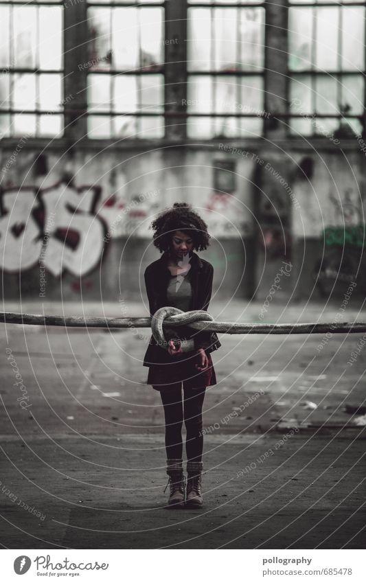 Zerreißprobe Mensch Frau Jugendliche Junge Frau 18-30 Jahre Erwachsene Wand Leben Gefühle feminin Mauer Gebäude Stimmung Mode Angst Fassade