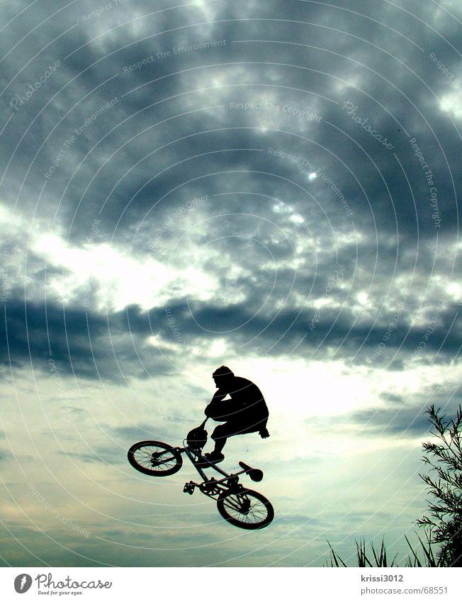 Jump into heaven Himmel Wolken Freude Bewegung Stil Sport Spielen Freiheit fliegen springen Luft Luftverkehr Aktion Fahrrad fallen Rad