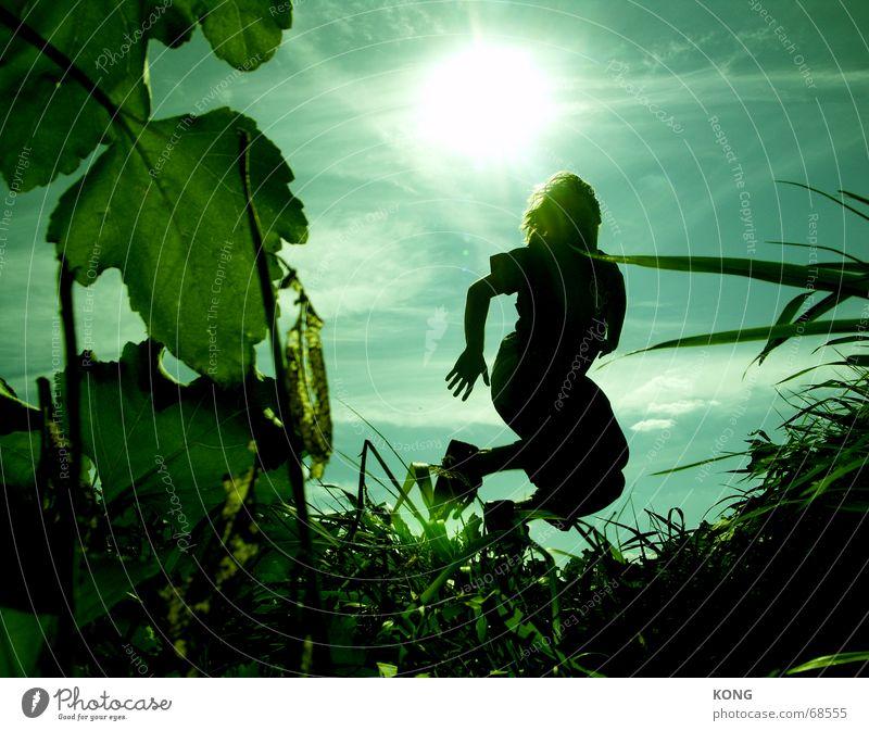 hippi im gegenlicht Gegenlicht Gras Wiese grün springen hüpfen abgehoben Himmel Torwart Schweben lässig Hongkong Blatt Sommer Sonne Wolken blau Luftverkehr fly