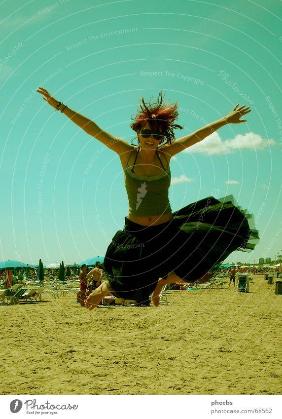 libertà di movimento Frau Hand Himmel Meer Freude Strand Ferien & Urlaub & Reisen schwarz Wolken springen Bewegung Freiheit lachen Sand liegen Italien