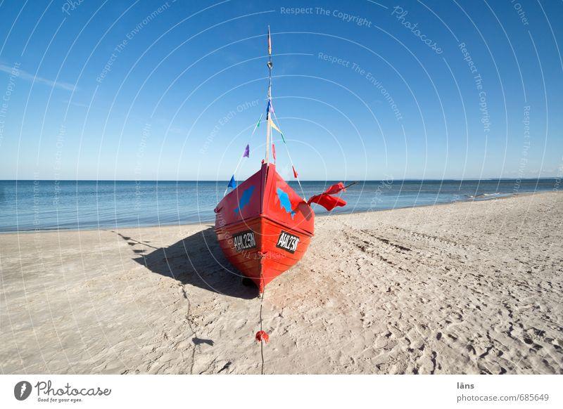 Rotes Boot am Strand Meer Fischerboot Umwelt Natur Landschaft Sand Himmel Schönes Wetter Küste Ostsee liegen blau braun rot Beginn Horizont Pause Unendlichkeit