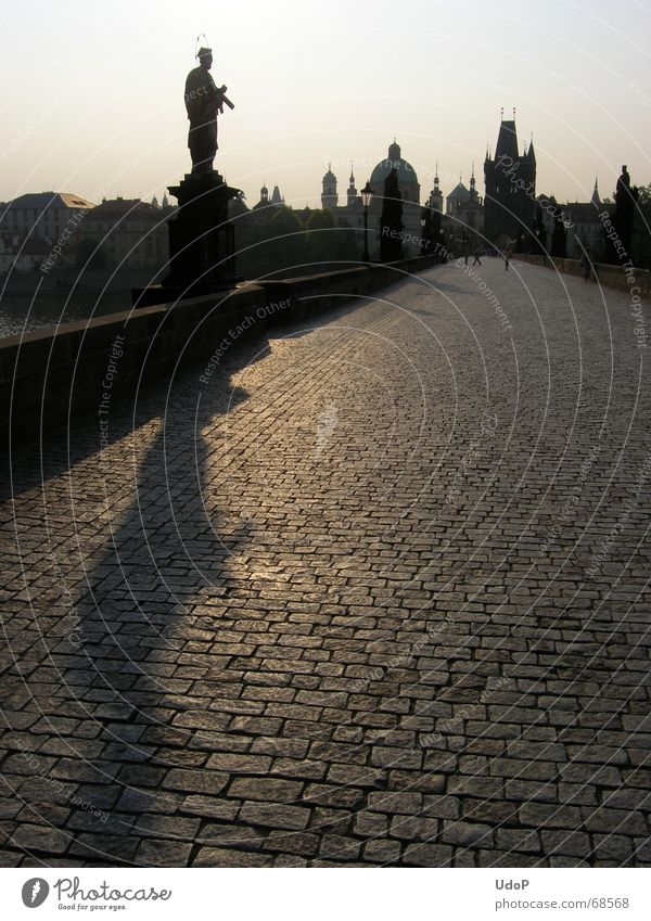 Einsamer Nepomuk Karlsbrücke Prag Tschechien Dämmerung Sonnenaufgang Denkmal Stadt Gegenlicht Morgen Turm Spitze Schatten Kontrast Brücke Silhouette nepomuk