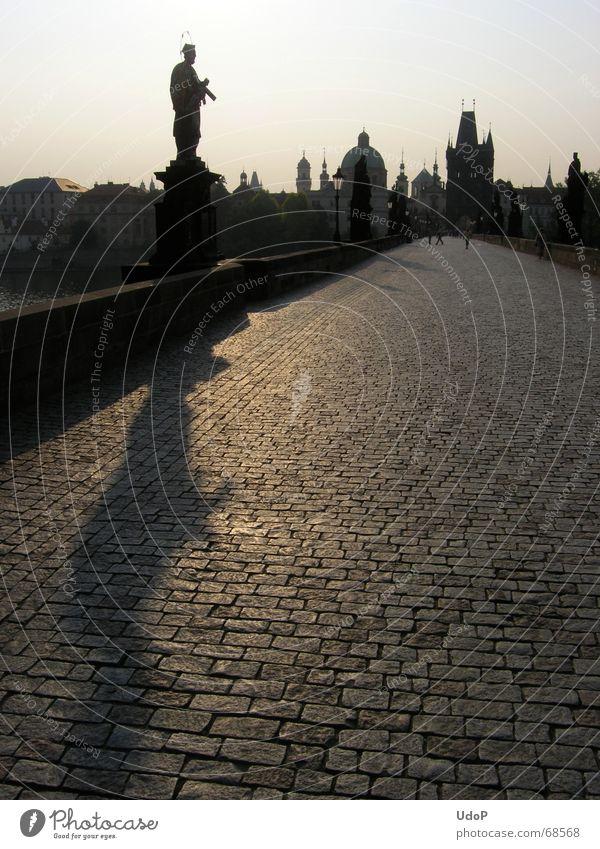 Einsamer Nepomuk Stadt Brücke Turm Spitze Denkmal heilig Pflastersteine Prag Tschechien Karlsbrücke