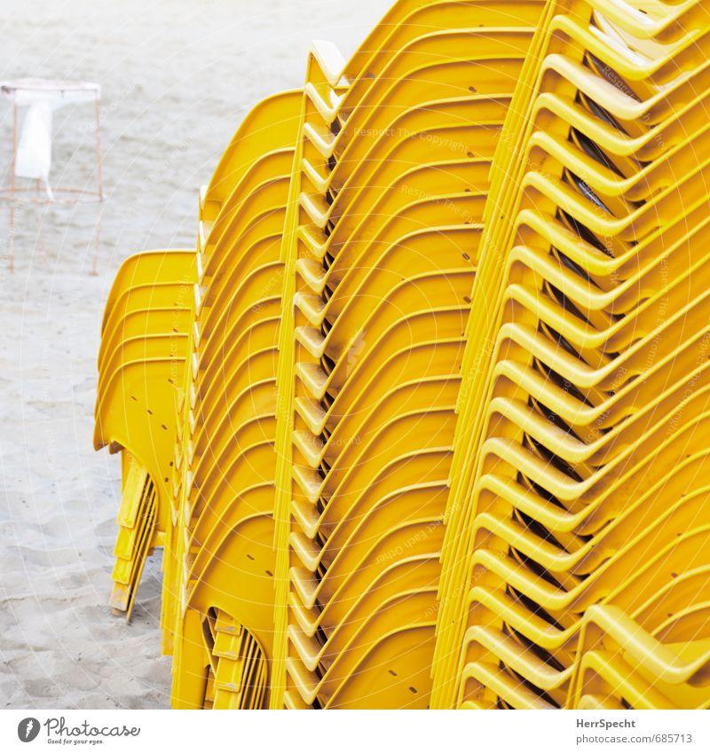 Stapelbar Ferien & Urlaub & Reisen Tourismus Sommerurlaub Meer Sessel Stuhl Strand Tel Aviv Israel Stadt Sand Kunststoff gelb Einsamkeit Nebensaison Sandstrand