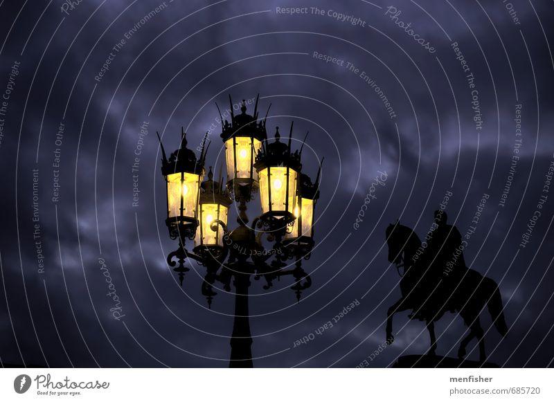 düstere Abendstimmung blau Stadt schwarz dunkel gelb violett Straßenbeleuchtung Denkmal Abenddämmerung Dresden Altstadt