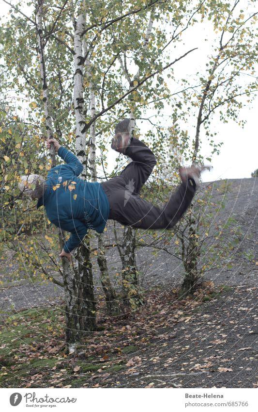sportlich | der gemeine Baumhüpfer Mensch Natur grün Sommer Erholung Wald Erwachsene Leben springen Körper Kraft 45-60 Jahre Erfolg wandern Fitness