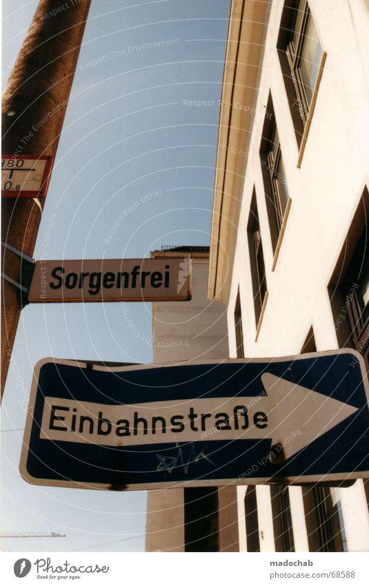 EINBAHNSTRASSE Straßennamenschild Haus Typographie Einbahnstraße verführerisch Versuch Sinnestäuschung Wortspiel Hochhaus Gebäude Material Fenster live Block
