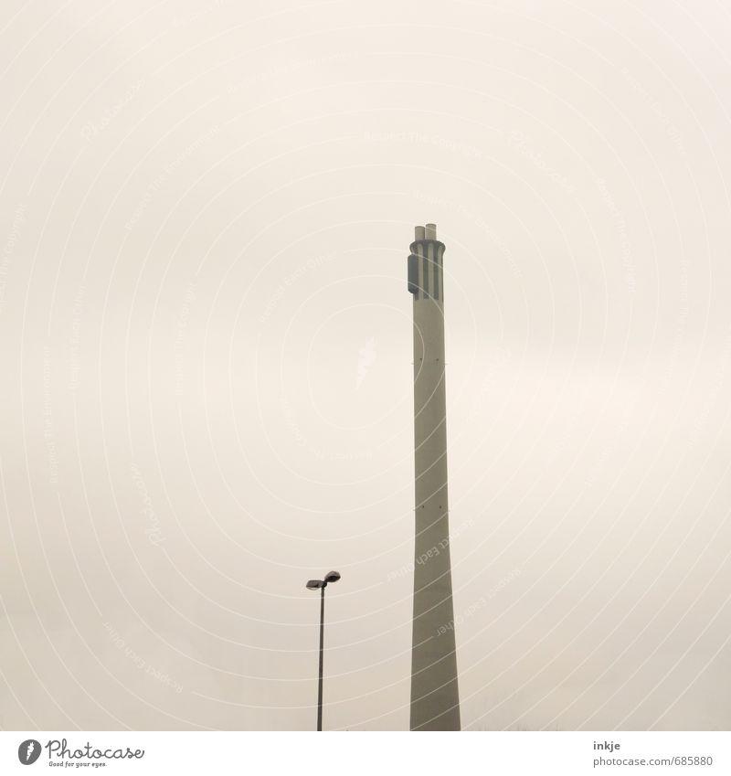 der lange Heinrich von Braunschweig Stadt Nebel trist hoch Energie Turm dünn Straßenbeleuchtung Fabrik Schornstein Umweltverschmutzung Industrieanlage Stadtrand