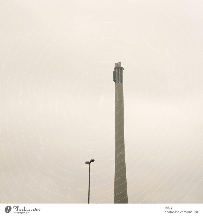 der lange Heinrich von Braunschweig Stadt Stadtrand Menschenleer Industrieanlage Fabrik Turm Straßenbeleuchtung Schornstein dünn hoch trist Energie