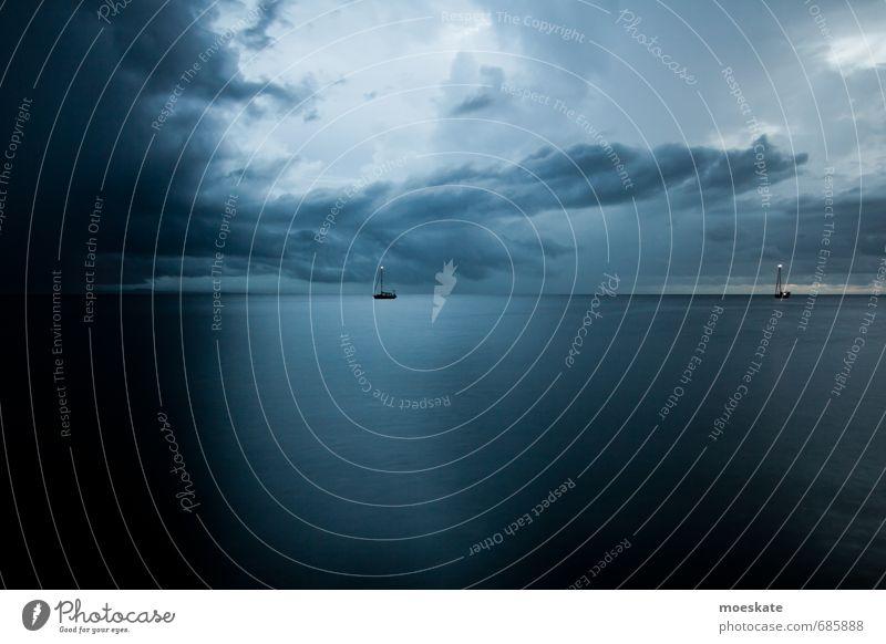 Borneo Abendstimmung blau Meer Einsamkeit Wolken dunkel grau Segeln Wasseroberfläche Segelboot Wolkendecke Wolkenhimmel Wasserspiegelung Malaysia Borneo Wolkenformation Wolkenschleier