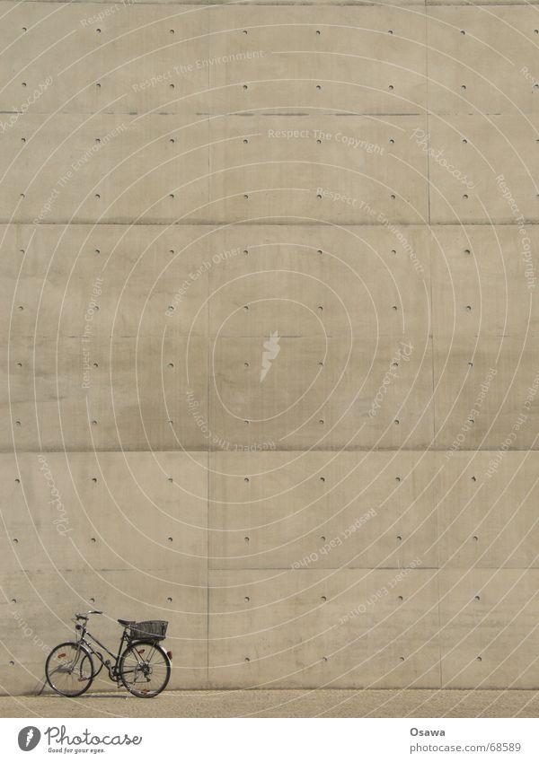 mein neuer Fahrradkorb Einsamkeit Fahrrad warten Beton trist Burg oder Schloss Langeweile Fuge Korb Rücklicht Schutzblech Regierungssitz Handbremse Damenfahrrad