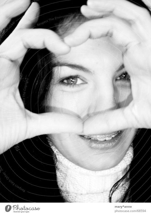 *** Zahnspangenkönigin *** Gefühle Hand Frau Herz Schwarzweißfoto Auge lachen Freude Liebe Blick