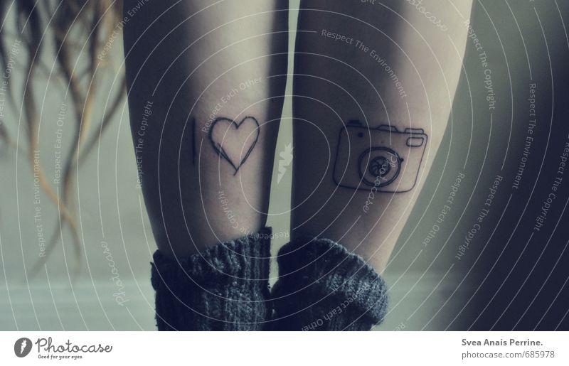 ....we all love photography :) feminin Junge Frau Jugendliche Beine 1 Mensch 18-30 Jahre Erwachsene Mauer Wand Strümpfe stehen einzigartig Tattoo Liebe