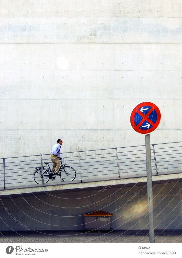 Streugutbox plus Mann Fahrrad Schilder & Markierungen Beton Geländer Kopfsteinpflaster aufwärts Lautsprecher Sonnenbrille Krawatte Pflastersteine Rampe