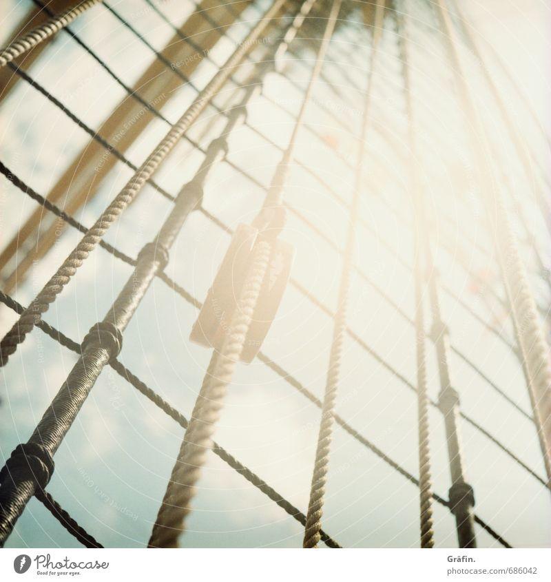 Der Sonne entgegen Sommer Sonne gelb oben braun leuchten hoch Seil festhalten Güterverkehr & Logistik Schifffahrt Mut Kontrolle Tradition Teamwork Symmetrie