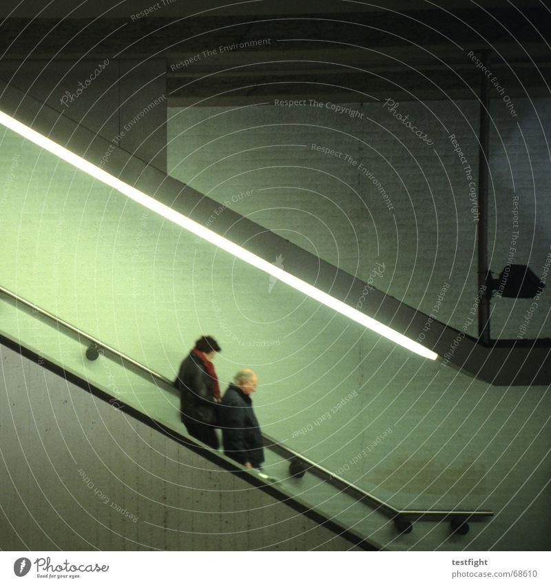 abwärts Mensch Mauer Wand U-Bahn Rolltreppe Beton Bewegung grün Station Beleuchtung Unterführung Licht Blick nach unten unterwegs reisend U-Bahnstation