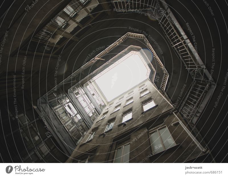 die Spur der Tropfen im Hinterhof Architektur Budapest Stadthaus Fassade Fenster Geländer retro trist grau Vergangenheit Lichthof verwittert Gedeckte Farben