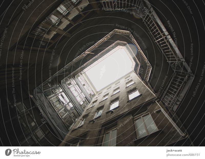 die Spur der Tropfen im Hinterhof Architektur Regen Budapest Stadtzentrum Stadthaus Fassade Fenster Geländer retro trist unten grau schwarz Vergangenheit