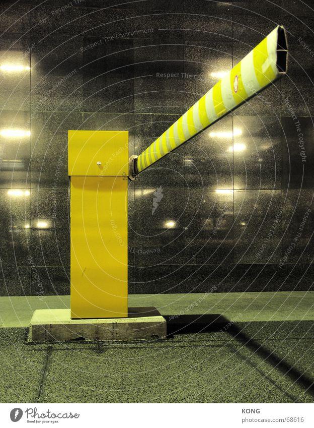 langer arm Stadt gelb dunkel Perspektive parken Parkplatz Parkhaus Schranke