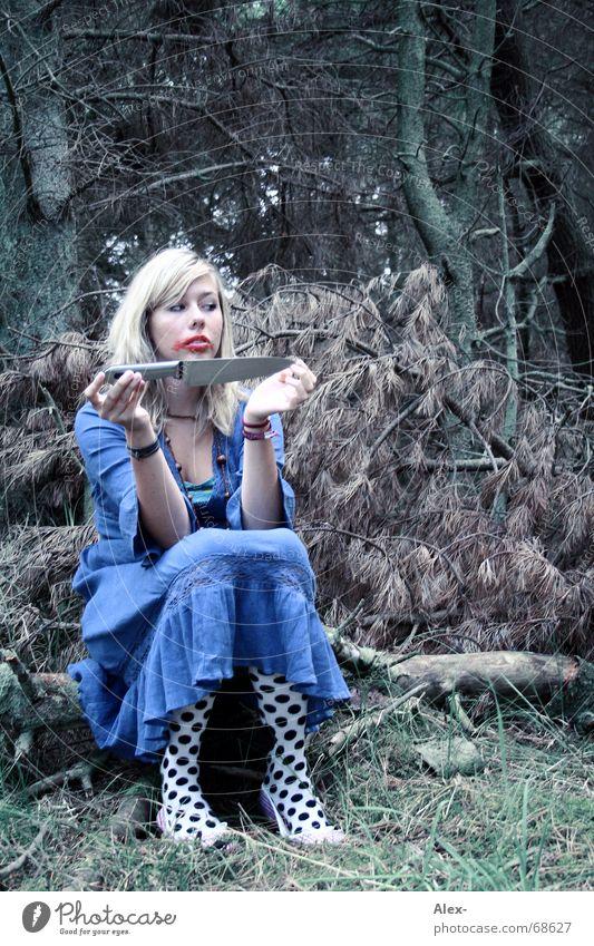 Wie sieht Er wohl von Innen aus ... Mörder töten gruselig Wald Einsamkeit Seele gestört Baum Strümpfe Rache dunkel Frau Kleid blond schön Lippenstift Schminken