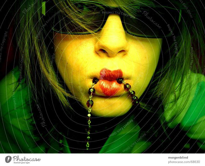 <3 Frau grün Sommer gelb Stil Stimmung Mode Herz Lippen Kette Momentaufnahme Sonnenbrille Brille Porträt