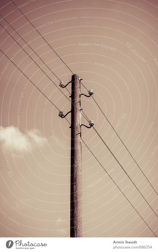 Altehrwürdiger Stromleitungsmast Himmel alt Sommer Umwelt braun Stimmung Kraft Energiewirtschaft hoch Schönes Wetter einfach retro Stahlkabel Strommast ländlich