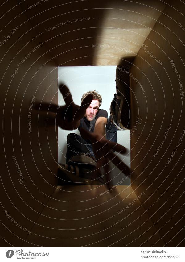 schacht Schacht eng Mann stehen springen Licht dunkel luftschacht Irrgarten Typ Bewegung fallen Schatten